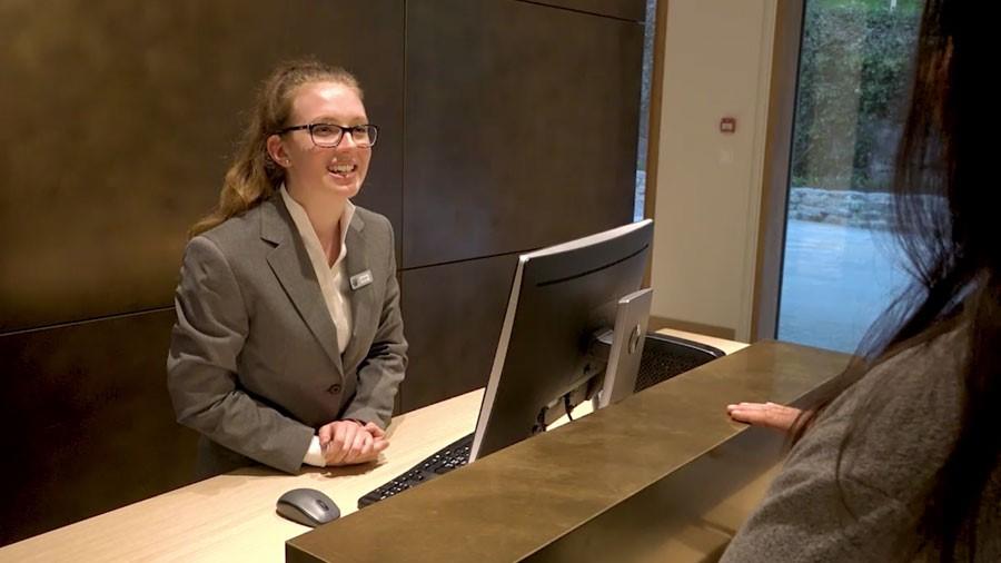 Hotelfachmann/-fachfrau EFZ – Film mit Porträt einer Berufstätigen