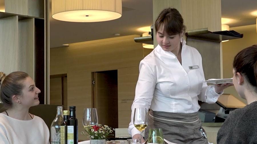 Restaurantangestellte/r EBA – Film mit Porträt einer Berufstätigen