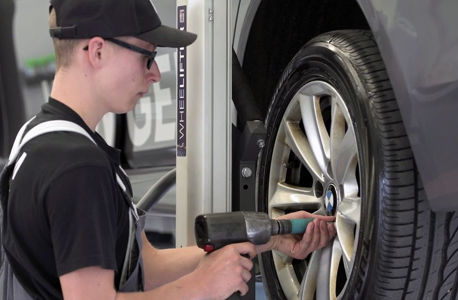 Assistant / Assistante en maintenance d'automobiles AFP - Film avec portrait d'un professionnel